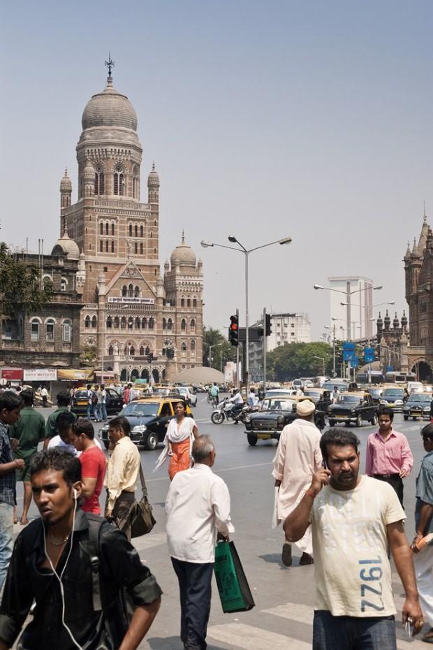 Считается, что Индия - страна не слишком честная. Однако Мумбаи, мегаполис в Индии, занял в списке второе место. Здесь из 12 кошельков вернули 9. Один из жителей добавил, что ему совесть не позволяет не вернуть кошелёк, там же могут быть важные документы.