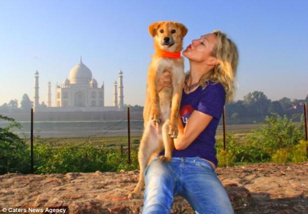 Джоан с Рупи на фоне Тадж Махала