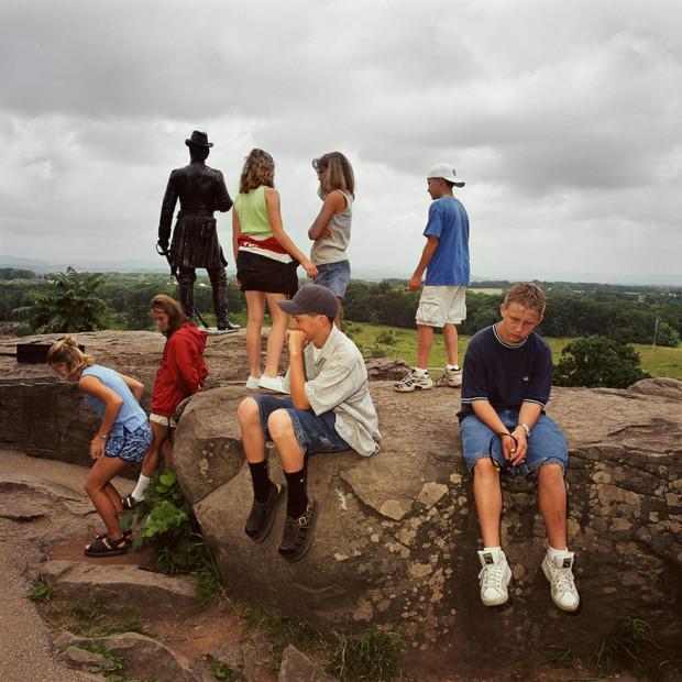 туристы у памятника