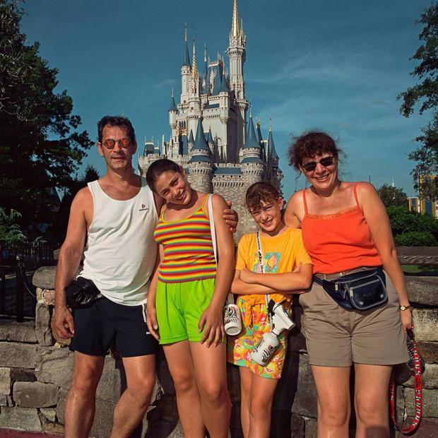 семья на фоне