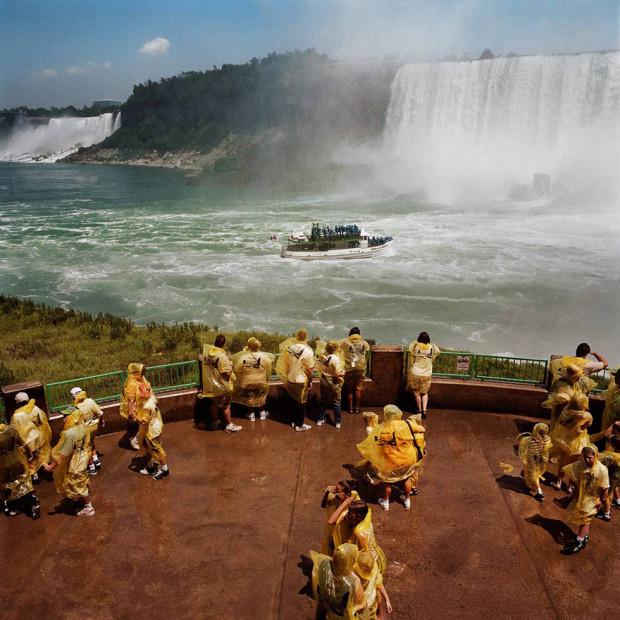 водопад с туристами