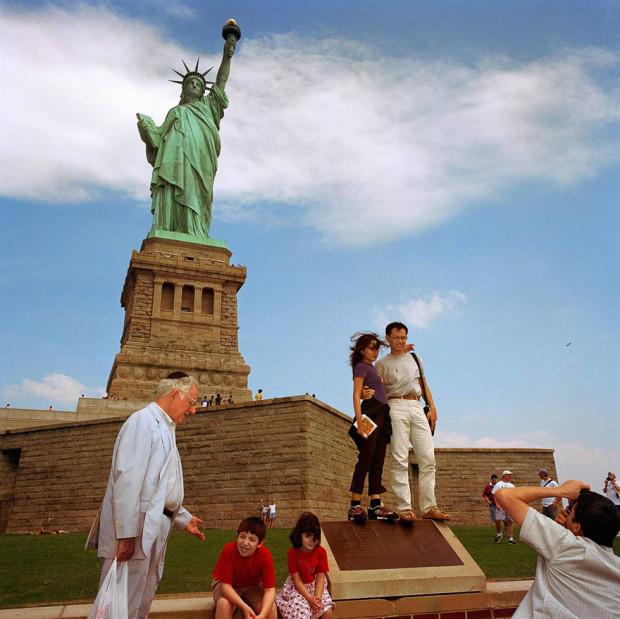 туристы на фоне статуи свободы