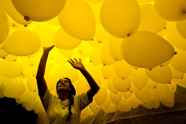 Тысячи биоразлагаемых шаров выпускают члены городской коммерческой ассоциации в  Patio do Colegio, на месте основания города в 1554-м году. Сан-Паулу, Бразилия. (Nelson Almeida/AFP/Getty)