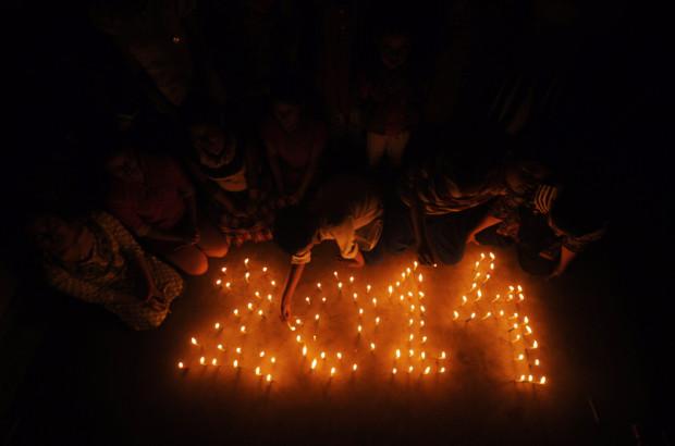 Индийские школьники зажигают свечи, которые образуют дату 2014 в одной из школ Агартала.  (Arindam Dey/AFP/Getty Images)