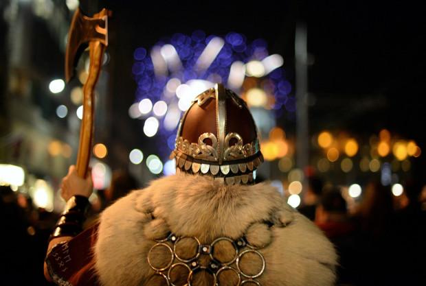 Мужчина в костюме викинга участвует в факельном шествии в Эдинбурге. Это начало праздника Hogmanay, который отмечают 30 декабря. Здесь 80 000 человек из 60 стран мира. (Джефф Дж. Митчелл / Getty Images)