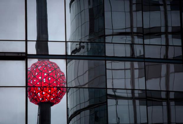 Мяч, который упадет в полночь, отражается в здании во время теста на Таймс-сквер в Нью-Йорке 30 декабря 2013 года. (Карло Аллегри / Reuters)