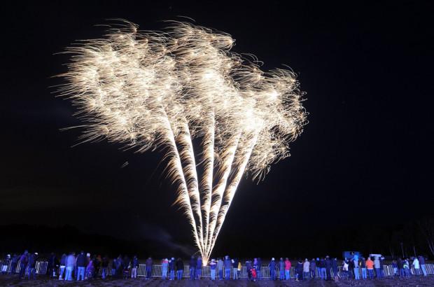 Посетители Новогоднего Шоу любуются огромными пиротехническими красотами в Lauenbrueck, Германия. (Ingo Wagner/EPA)