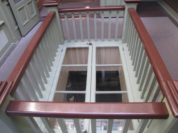 окно в дверях