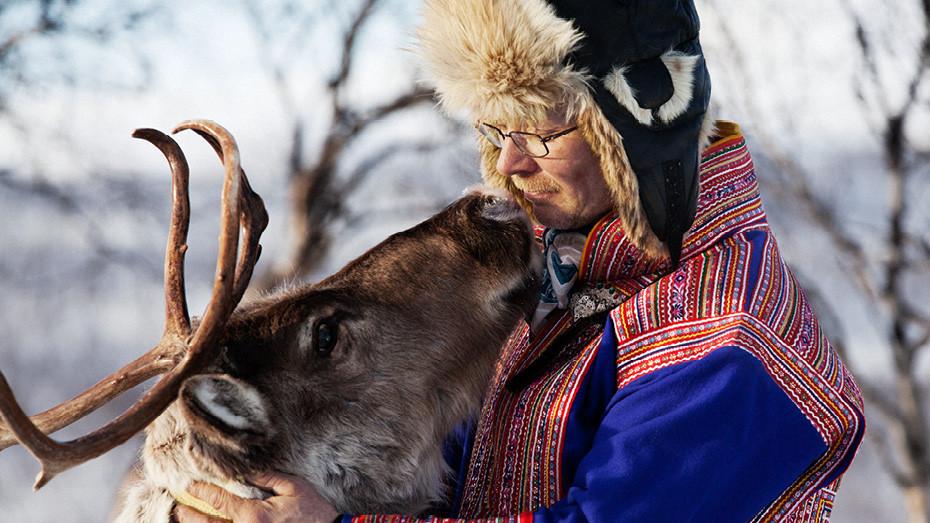 Нильс-Матти - хозяин стада, принадлежащий саами. Праздничный костюм, где можно увидеть знаки принадлежности к семье, области и группе народа, он носит лишь по праздникам.