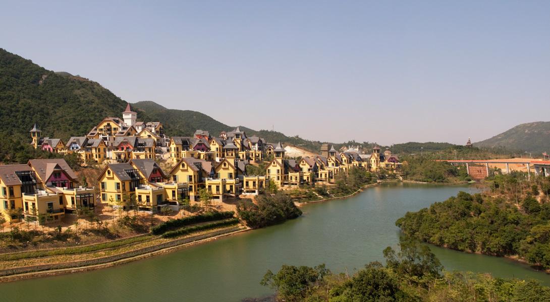 Это не швейцарская коммуна Интерлакен, а вполне себе китайский  Overseas Chinese Town East (OCT), экоаттракцион для экотуристов