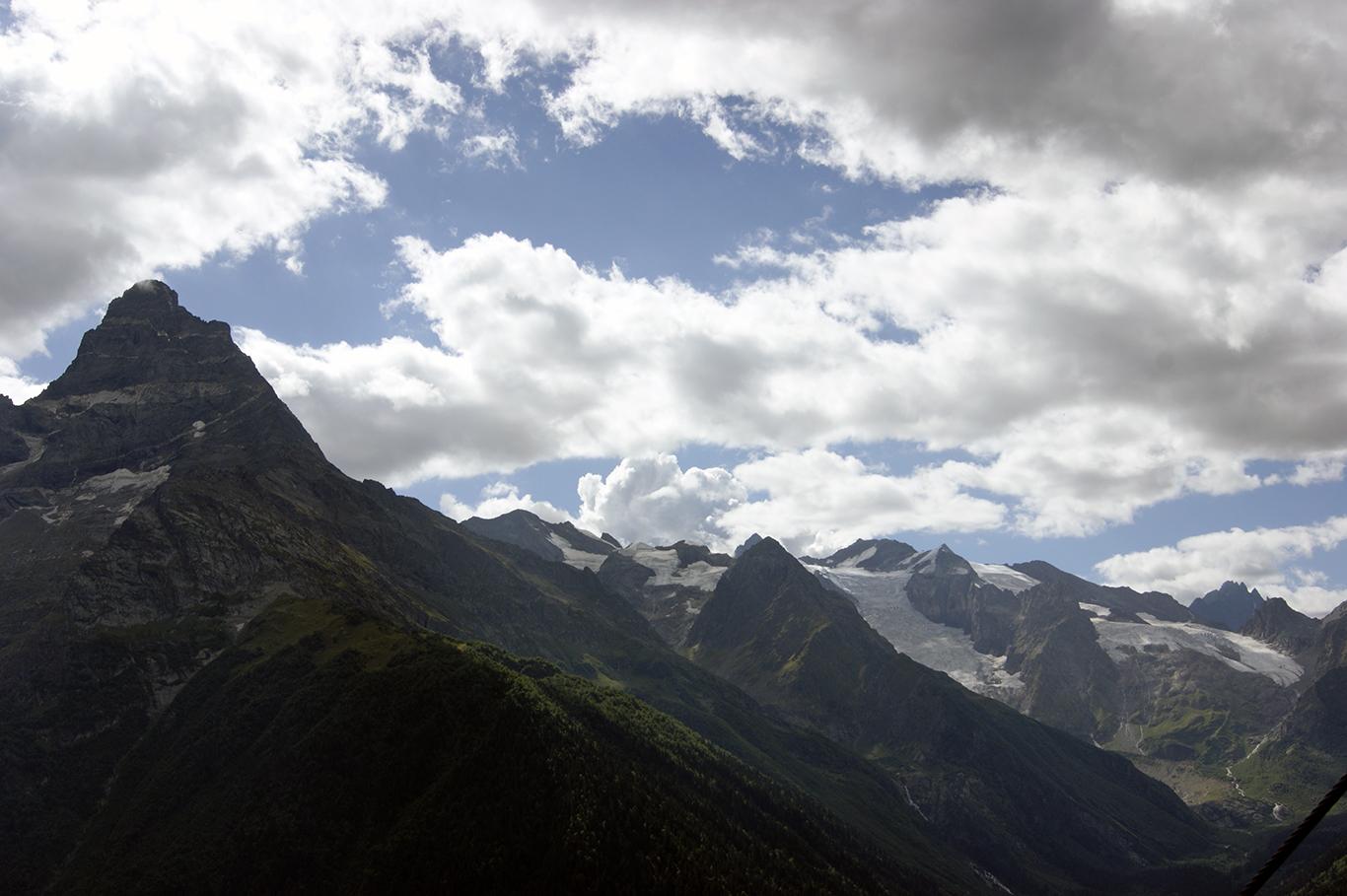 """Гора Белалакая (полосатая гора) и чуть дальше виден """"гордый красавец Эрцог"""", куда мы ещё отправимся"""