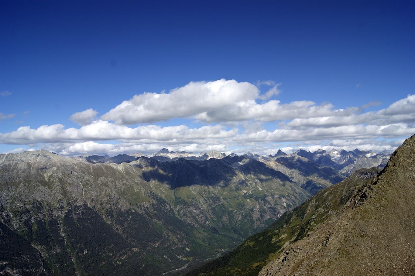 Вид с обратной стороны горы Муса Ачитара. Четвертая очередь канатной дороги, начало пятой очереди. Обходите гору и любуетесь.