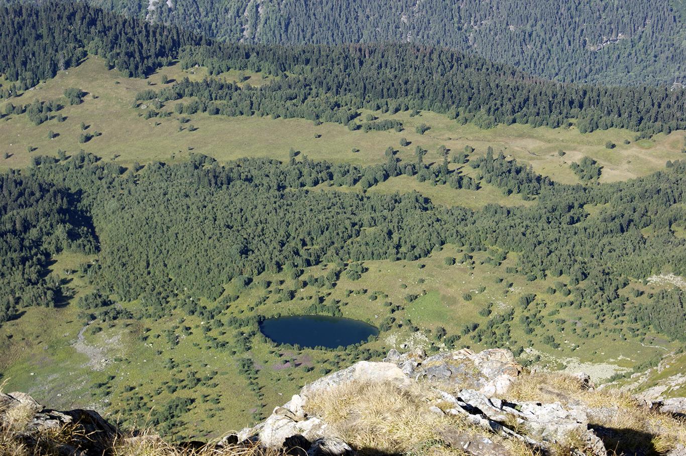 Кажется, что озеро близко. Но нет - мы над ним на высоте 2500 метров над уровнем моря.