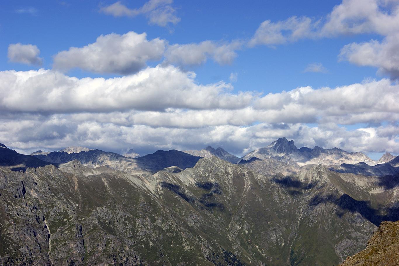 Этот потрясающий по красоте вид как раз и открывается с вершины горы. Где-то в той стороне Эльбрус.