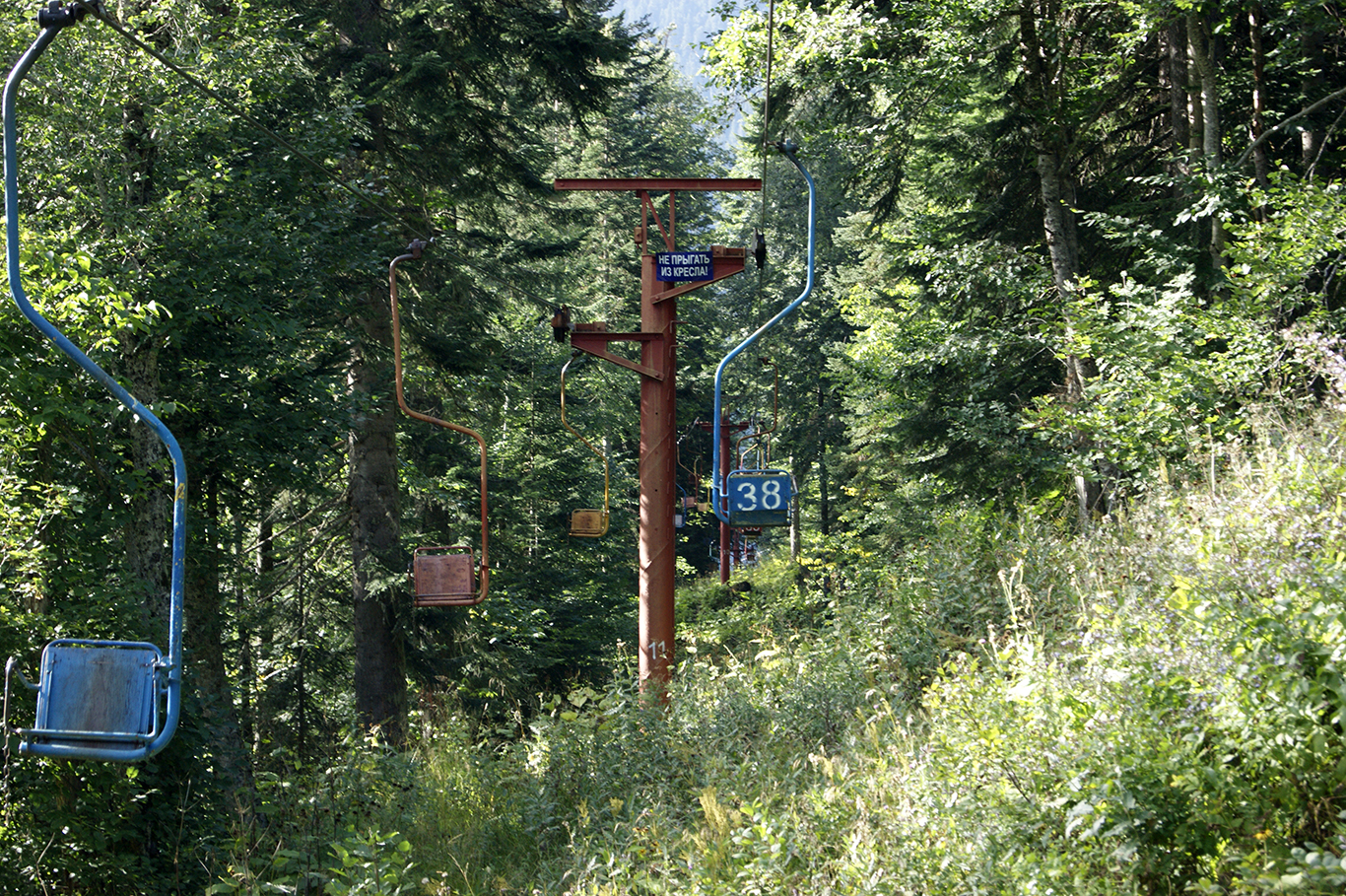 Напоследок - оптимистичное предупреждение. А что - мы едем на высоте метров пять над склоном. Неужели находились умники?