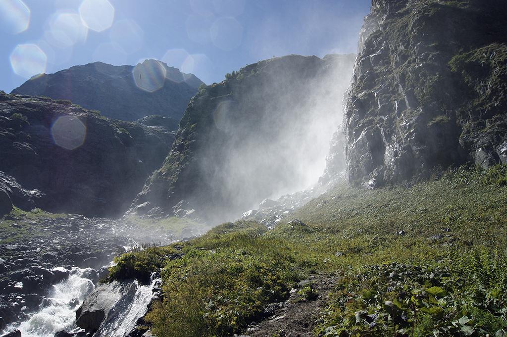 Второй Суфруджинский водопад скрывается за скалой, от первого его почти не видно.