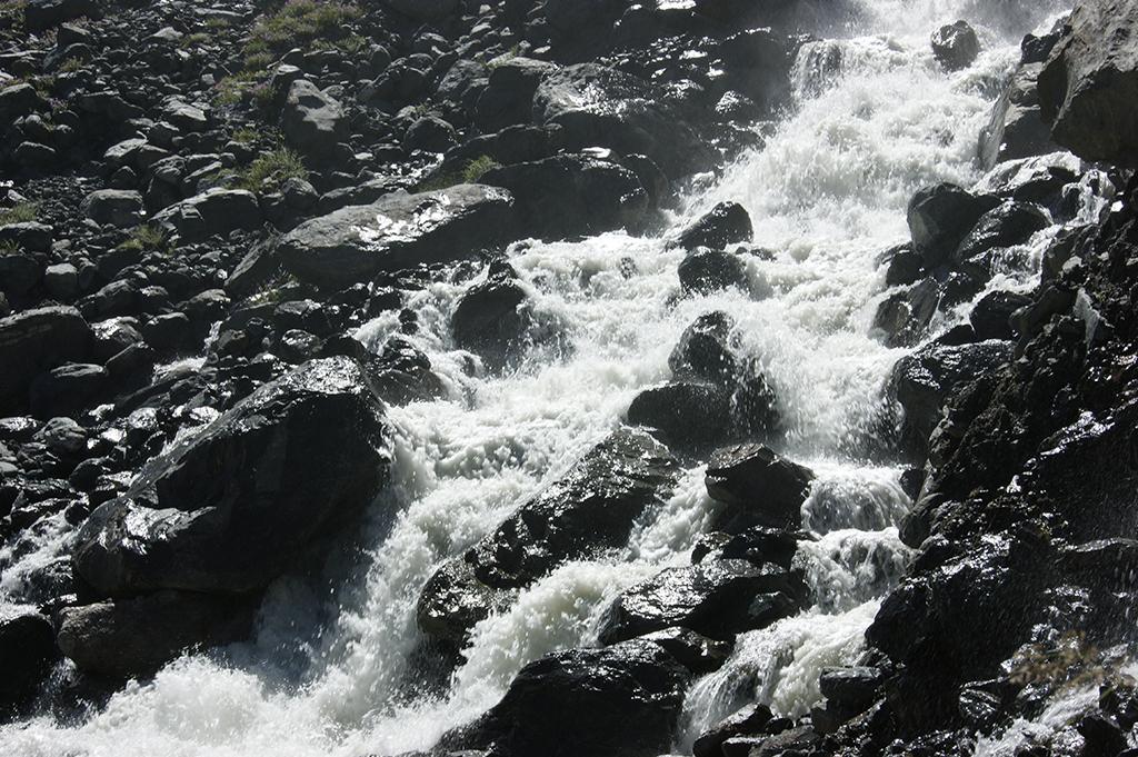 Бешеный поток несется вниз к реке Аманауз.