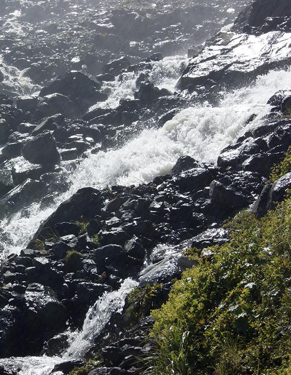 Везде скользкие и местами весьма острые камни. И не слишком устойчивые. Тем не менее, этот водопад как-то переходят. Мы не рискнули.