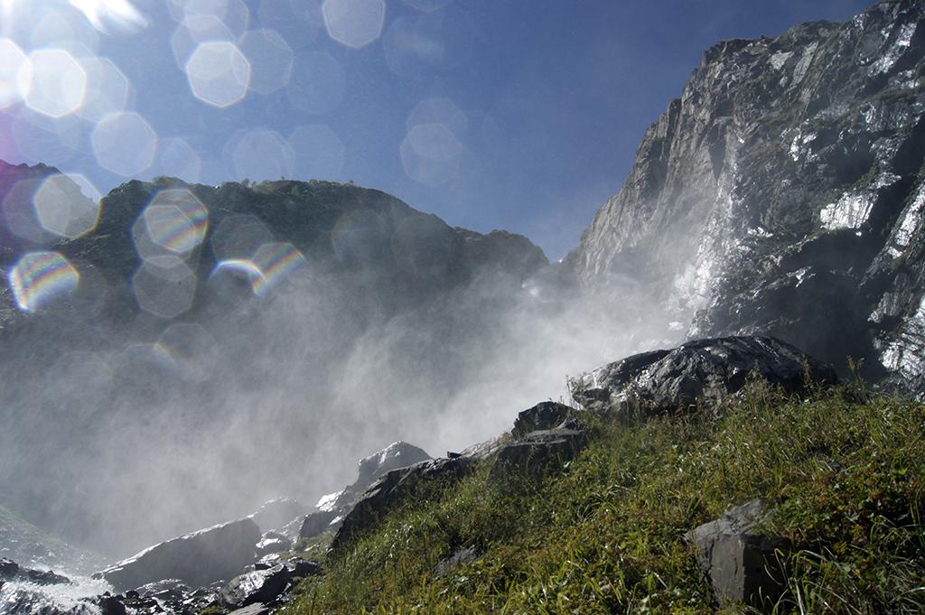 Там, повыше, можно разглядеть место, где водопад срывается вниз