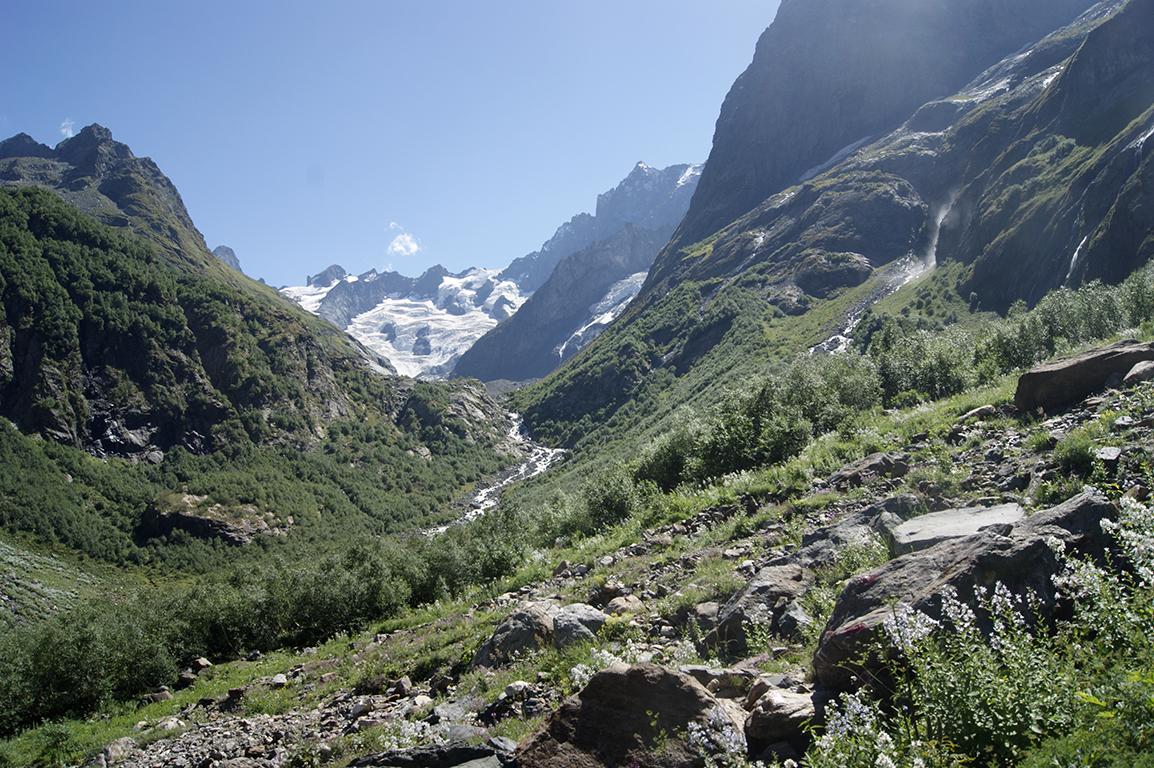 Вдалеке видны ледники. Где-то там Грузия и Абхазия