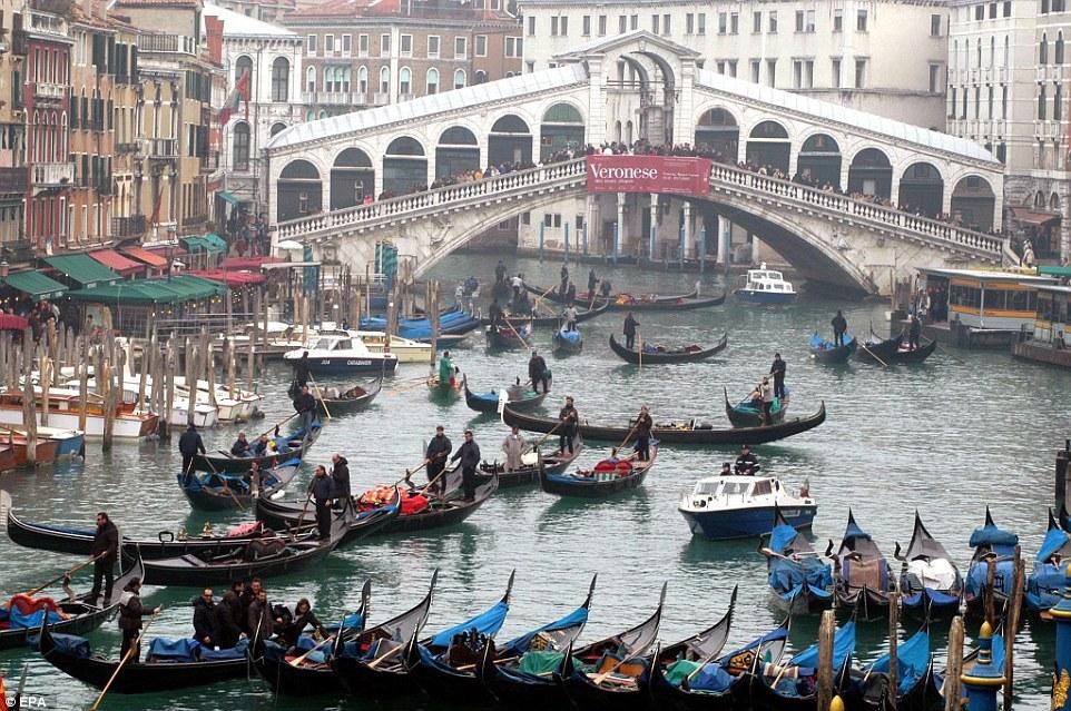 Гранд-канал в Венеции. Лодки тоже стоят в пробках в разгар турсезона
