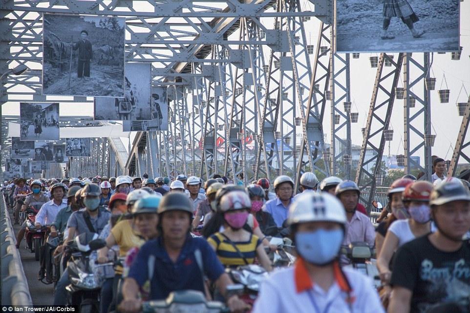 Пробка из мотоциклов, в городе Хюэ, Вьетнам.