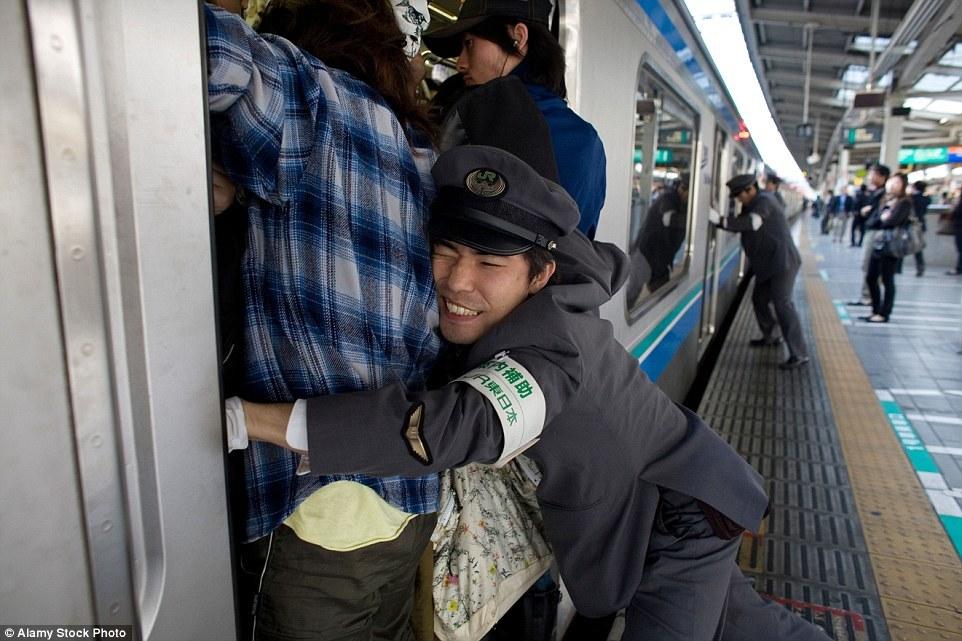 Трамбовщики - это специальная профессия в японском метро