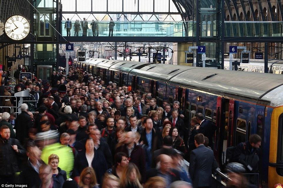 Станция «Кингс-Кросс» на северо-востоке Лондона. Мне одной интересно, как Гарри Поттер умудрился там РАЗБЕЖАТЬСЯ? Ведь он там утром был.