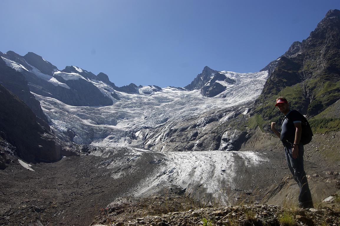 В горах расстояние довольно обманчиво, так что кажется, что идти совсем немного, и камушки небольшие там