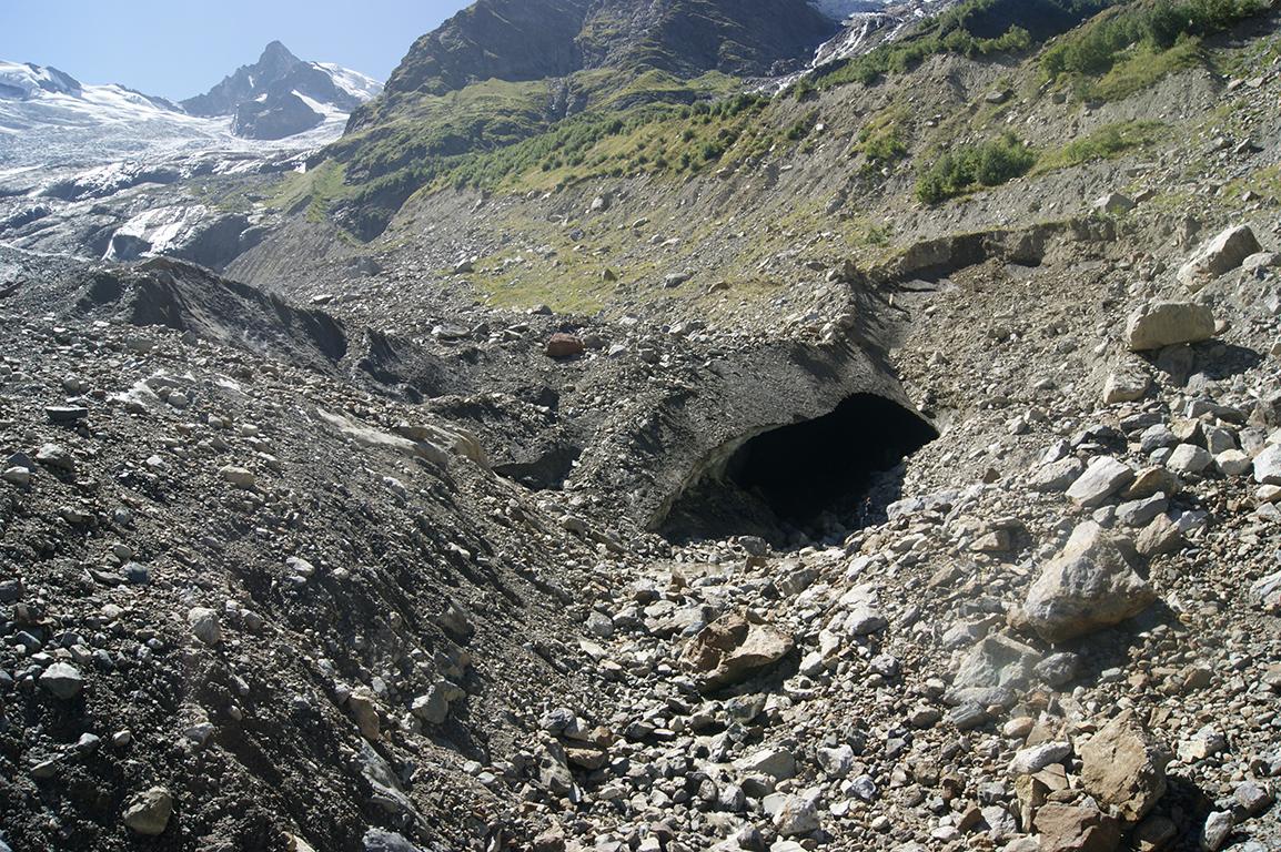 Если приглядеться, можно увидеть маленькую мужскую фигурку у пещеры.