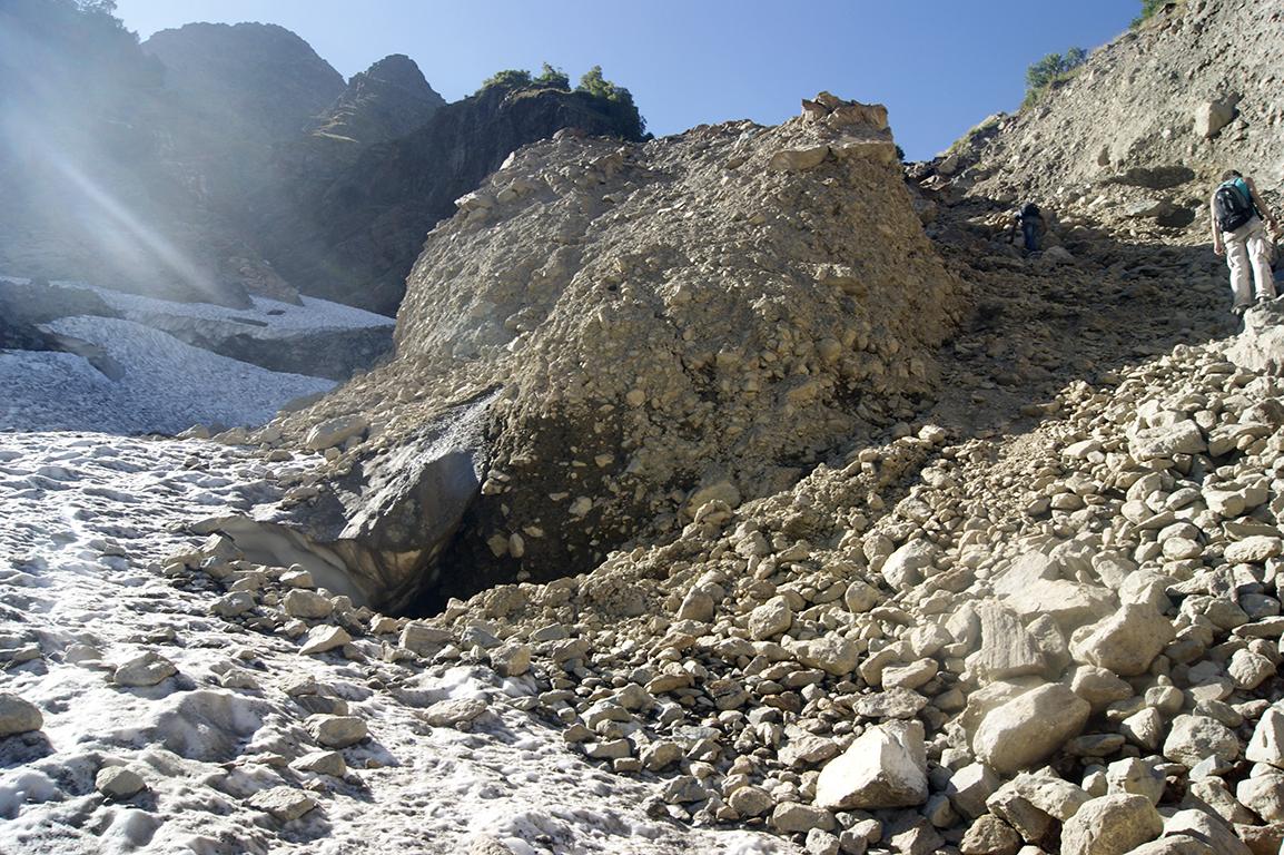 Вскоре снежник закончился, начались камни.