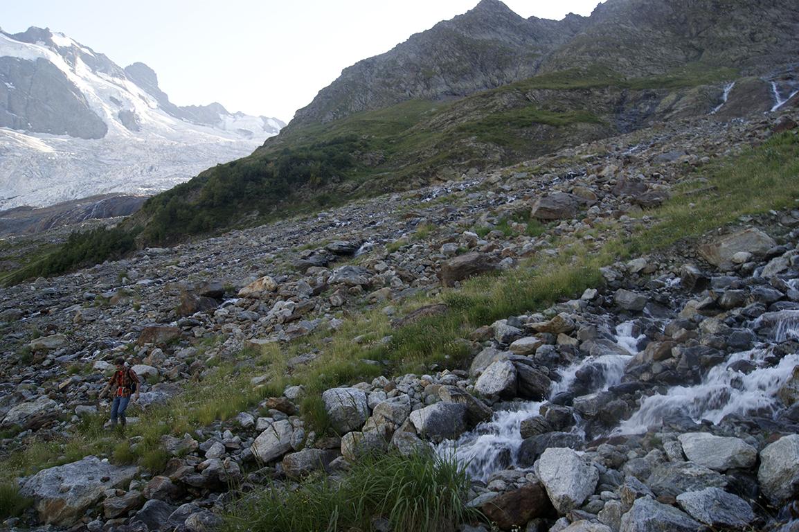 Когда-то тут был ледник. Теперь тут - бурные потоки и морена.