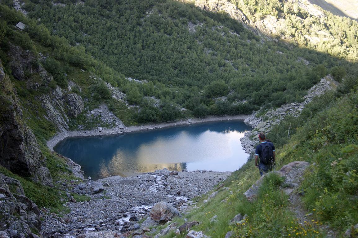 Спустившись неведомыми тропами, мы все же дошли до турьего озера...