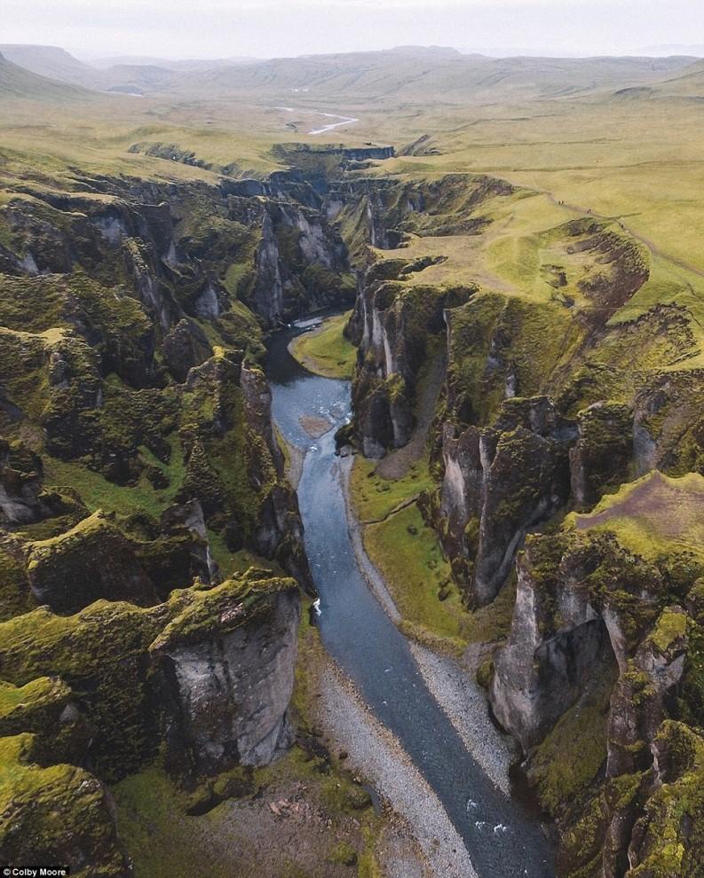 Каньон Fjaðrárgljúfur в Исландии. Автор: @colbyshootspeople.