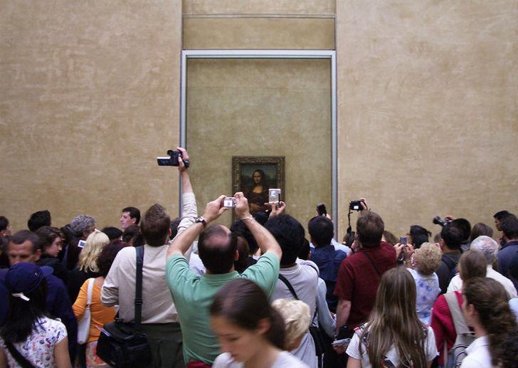 И толпы туристов, которые стремятся запечатлеть великое полотно... Зачем?