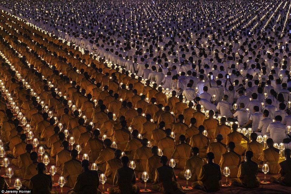 Буддистские монахи на ежегодной церемонии возле храма Ват Пхра Дхаммакая к северу от Бангкока, Таиланд. Храм является духовным центром буддийского движения Дхаммакая, основанного в 1970 году.