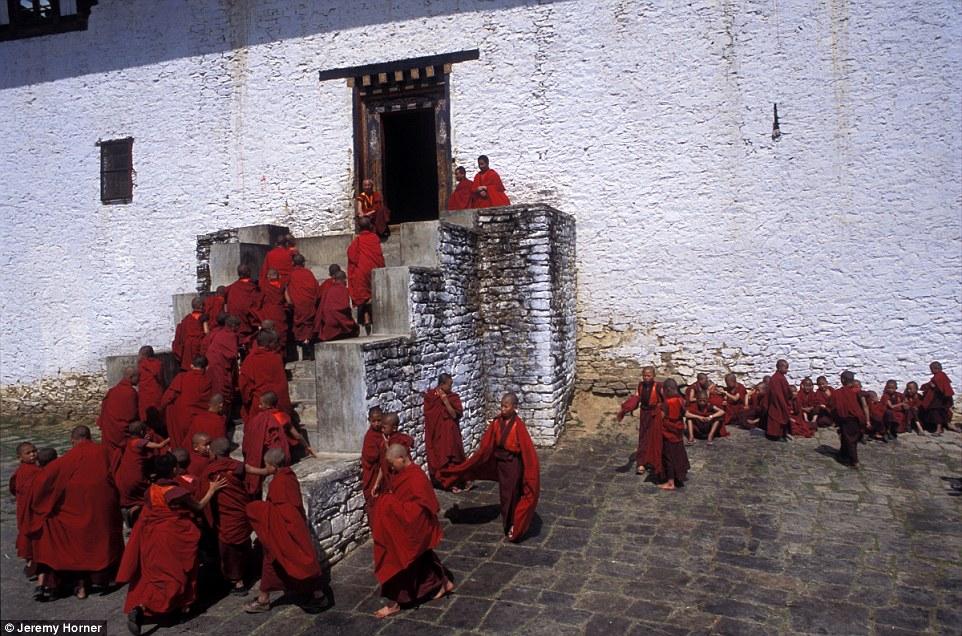 Монахи возвращаются на урок после перемены в монастыре Симтокха-дзонг недалеко от Тхимпху, Бутан.