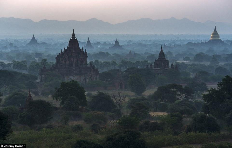 Окутанные туманом буддистские ступы в Пагане, Мьянма.