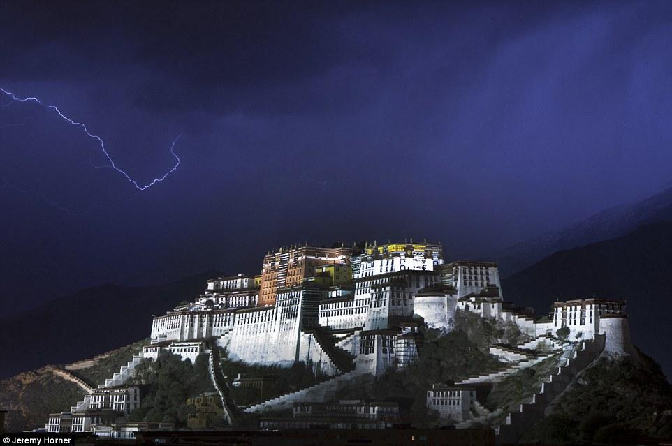 Дворец Потала в Лхасе, Китай. В прошлом этот дворец служил зимней резиденцией Далай-ламы.