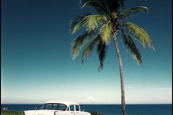 Мохито, сигара, океан, солнце... что еще нужно для кубинского счастья. Да, там еще слева семья, тоже обязательно должна быть счастливой.