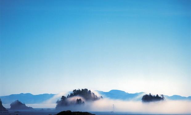 Покрывало тихоокеанского тумана поглощает и обнажает куски земной плоти в лучших традициях киношных спецэффектов. На протяжении всего путешествия меня не отпускало: я в сказочной стране, все немного преувеличено, все немного сверх, даже эйфория.