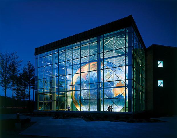 Где находится самый большой глобус в мире?