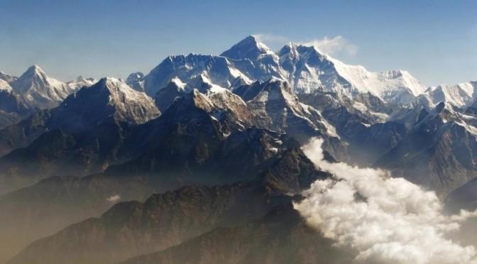 Эверест снова покорён: альпинисты впервые достигли вершины после схода лавины в 2015 году